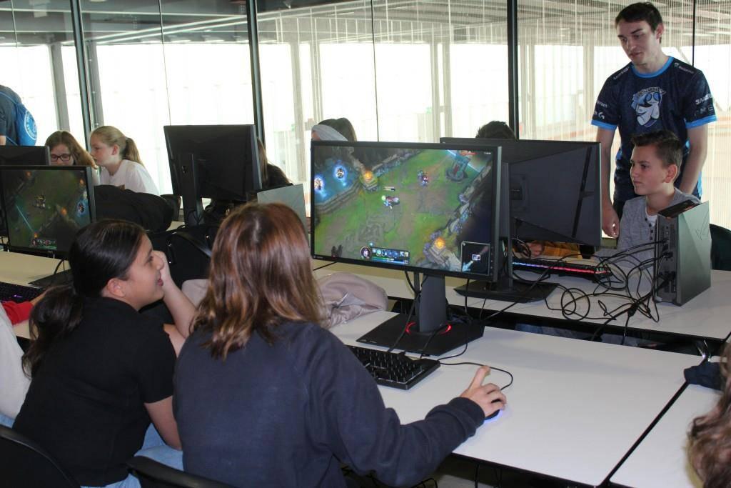 Die Schüler spielen «Rocket League» und «League of Legends». (© FM1Today / Krisztina Scherrer)