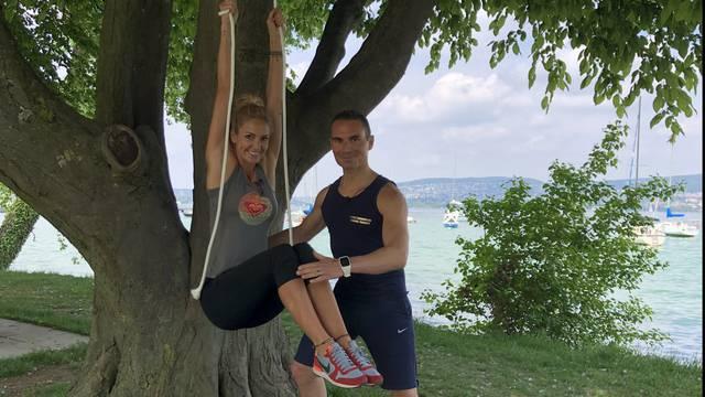 Trainierte Bauchmuskeln mit Baum und Seil