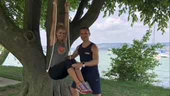 Trainierte Bauchmuskeln mit Baum und Seil und zwei weitere Übungen für Zuhause.