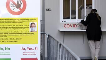 Aufgrund des Coronavirus' hat das Berner Inselspital vor dem Eingang des Notfallgebäudes eine Abklärungsstation eingerichtet. Dort werden die Patienten auf das Virus getestet und beraten. Schwere Fälle kommen von dort in ein Isolierzimmer des Spitals, leichte Fälle können nach Hause in Quarantäne.