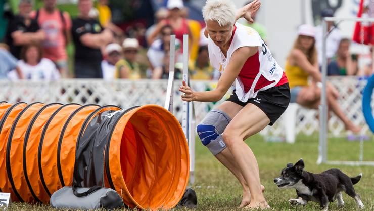 Ursula Känel Kocher und mit ihrem Mischlingshund «Sugus» während der «Agility European Open».