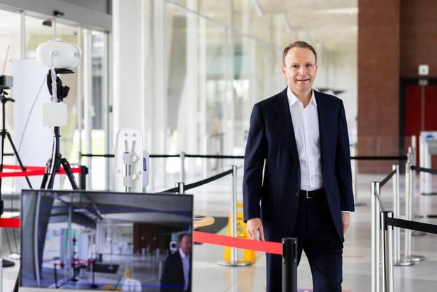 Mark Schneider im Eingangsbereich des Nestlé-Hauptsitzes in Vevey, wo wegen Corona spezielle Sicherungsmassnahmen gelten. Wer das Gebäude betritt, dem wird die Temperatur gemessen.