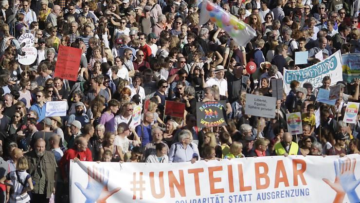 Rund 242'000 Menschen sind in Berlin zu einer Demonstration gegen Rassismus bis Samstagnachmittag gekommen.