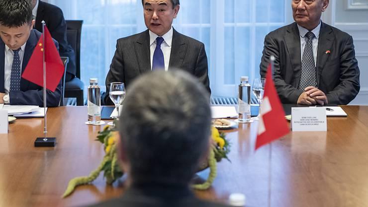 Der chinesische Botschafter in der Schweiz, Geng Wenbing (rechts), betont, dass von Chinesen in der Schweiz keine Gefahr ausgeht. (Archivbild)
