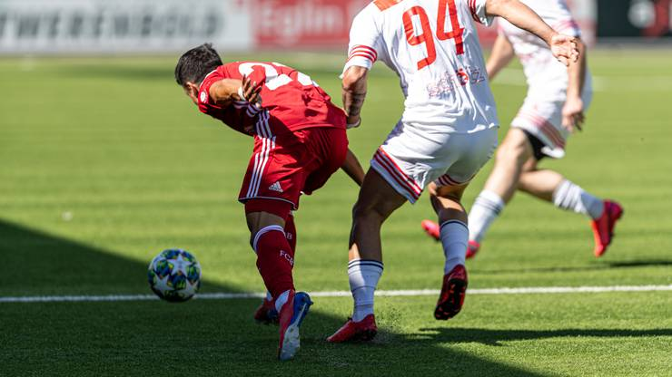 Daniele Romano (links) gewinnt das Laufduell gegen Eduard Nikmengjaj.