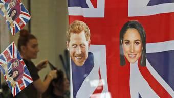 Masken vom Partyprinzen und seiner Künftigen: Das Königshaus wird bodenständiger.