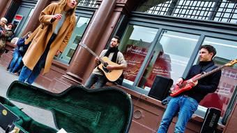 Anna Rossinelli singt auf der Strasse und sammelt Geld für grosse Projekte