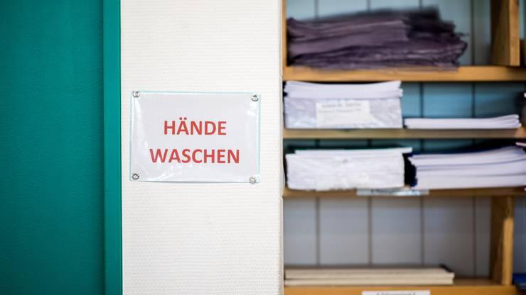 Damit es im Trubel der Schule nicht vergessen geht: Ein Plakat im Sekundarschulhaus im thurgauischen Müllheim erinnert ans Händewaschen.