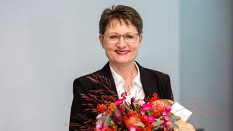 Die Regierungsratskandidatinnen treffen nach dem Bekanntwerden des Resultats im Regierungsgebäude in Aarau ein. Die Kandidatin der SVP, Franziska Roth, ist mit gut 10 000 Stimmen Vorsprung gegenüber der SP-Kandidatin Yvonne Feri gewählt. Im Bild: Die neu gewählte Regierungsrätin Franziska Roth (SVP) wird im Regierungsrat begrüsst.