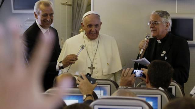 Der Papst spricht auf der Rückreise von Südkorea vor Journalisten
