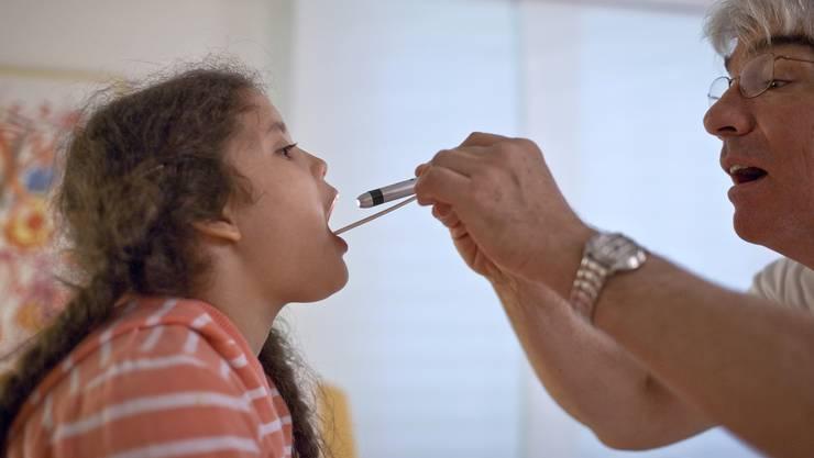Besonders Familien mit zwei Kindern können mit einem Kassenwechsel viel Geld sparen.