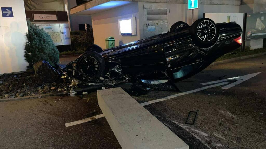 Drei Verletzte bei spektakulärem Autounfall in Flamatt FR