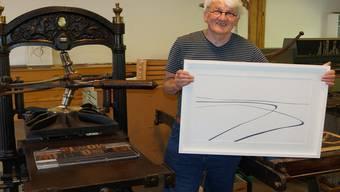 Peter Haller zeigt einen seiner Papierschnitte im Stroppel.ubu