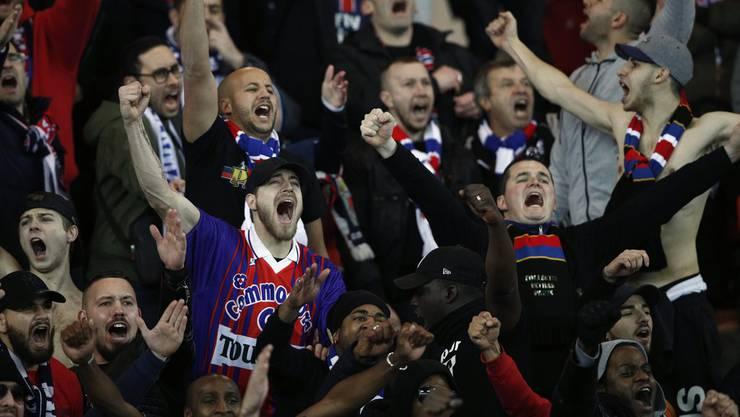 Die PSG-Fans sind von der Leistung ihrer Mannschaft begeistert.
