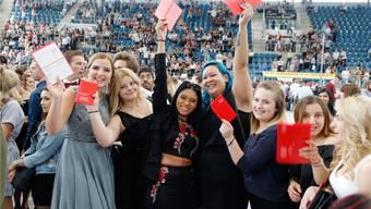 Am Donnerstagabend feierten rund 1600 Basler Lehrlinge in der Joggeli-Eissporthalle ihren Abschluss.