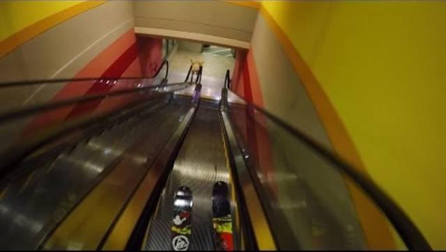 Kein Schnee, viel Spass: Mit den Skiern die Rolltreppe runter