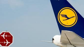 Bei der Lufthansa kommt es wieder zu Streiks: Lufthansa-Flugzeug am Flughafen in München.