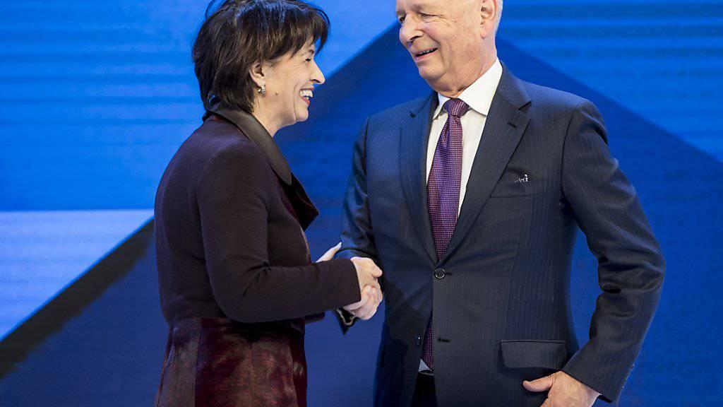 Doris Leuthard als zukünftige WEF-Präsidentin? WEF-Gründer Klaus Schwab (rechts) wollte sich dazu nicht äussern (Archivbild).