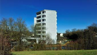 Hier soll die geschützte Demenzabteilung entstehen – Blick vom Schlittelhügel über den Teich aufs Krankenheim Lindenfeld.