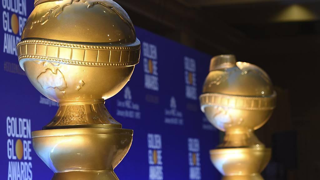 ARCHIV - Statuen in Form der Golden Globes stehen vor der Nominierung für die 76. Golden Globe Awards auf der Bühne. Der für die Vergabe der Golden-Globe-Trophäen zuständige Verband hat sich für Reformen in den eigenen Reihen ausgesprochen. Foto: Chris Pizzello/Invision/AP/dpa