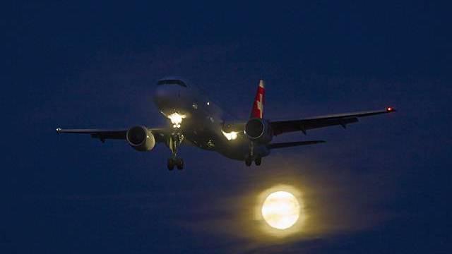 Flugzeug der Swiss im Landeanflug auf Zürich-Kloten