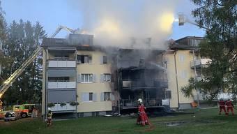 Am Samstagabend ist beim Brand in einem Mehrfamilienhaus in Uster ZH eine Person ums Leben gekommen.