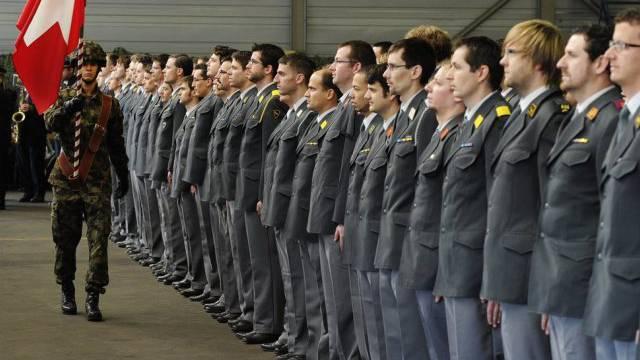 Die Initiativgegner befürchten eine Schwächung der Armee (Symbol)
