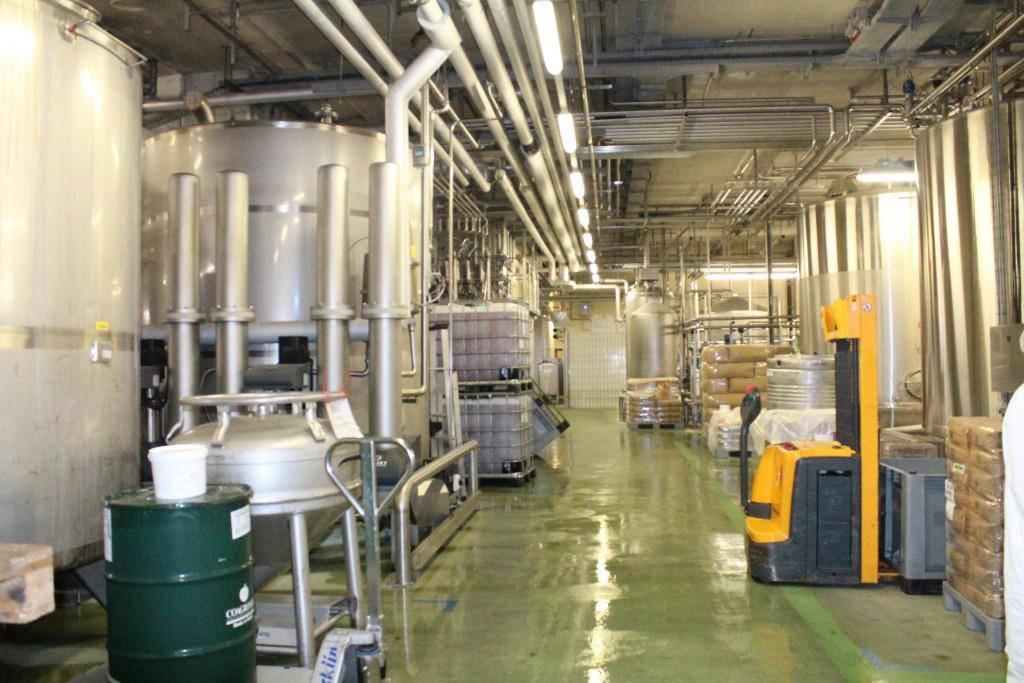 In diesen Tanks werden die Eisteemischungen hergestellt. (© FM1Today Krisztina / Scherrer)