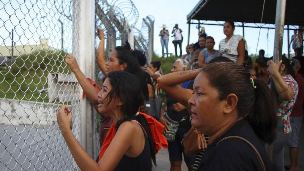 Die Verwandten der Häftlinge wollen Informationen.