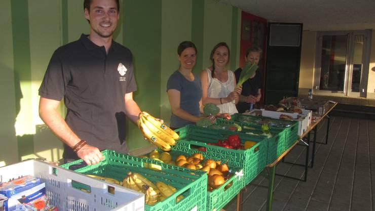 Florian Haefliger, Ladina Hitz, Norina Schmid und Doris Rothmund beim Verteilen von Foodwaste in Urdorf