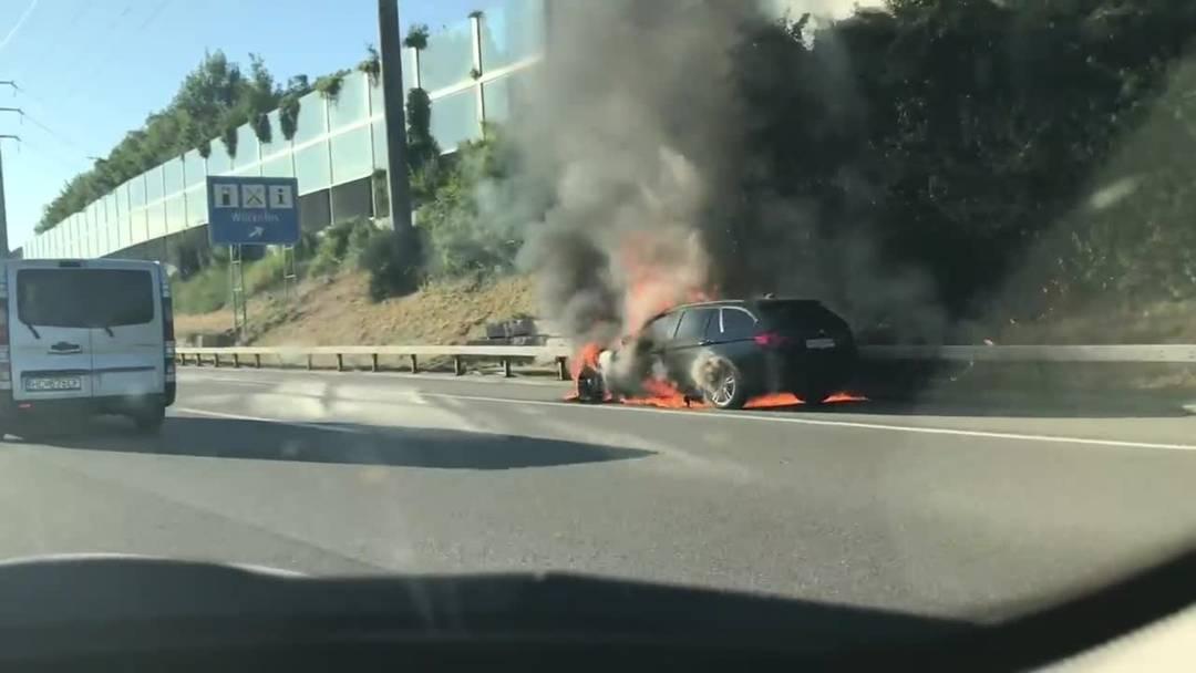 Lichterloh brennnedes Auto auf der A1 beim Fressbalken in Würenlos.