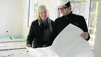Arbeiten verlaufen planmässig: Schulleiterin Christine Blum und Bauleiter Kevin Strahm sind zufrieden. (Bild: JPW)