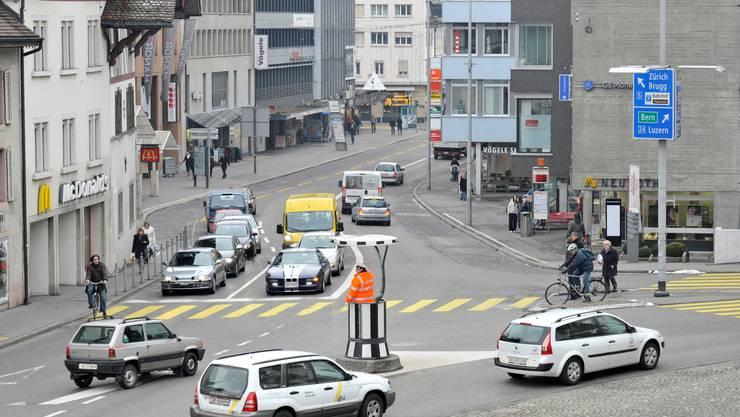 Aggloprogramme: Im Bild eine Verkehrssituation am stark befahrenen Aargauerplatz in Aarau. Alex Spichale