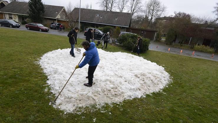 Schneeschaufeln in einem Vorgarten in Biberist