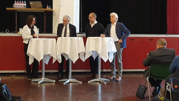 Podium der BWSo-Landsgemeinde: Von rechts Benedikt Weibel, Ständerat Daniel Fässler (Präsident WaldSchweiz), Nationalrat Kurt Fluri und Moderatorin Anita Panzer.
