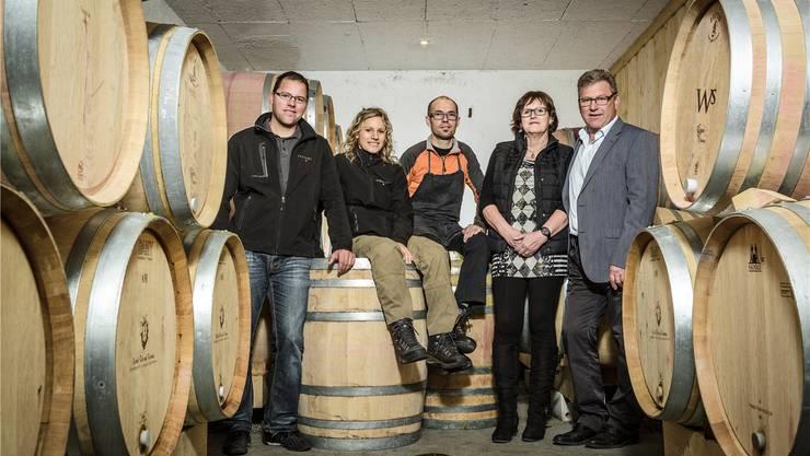 Die Küttiger Weinbau-Familie im Barrique-Keller, von links: Rolf Wehrli, Susi und Franz Steiger-Wehrli, Marlise und Peter Wehrli.