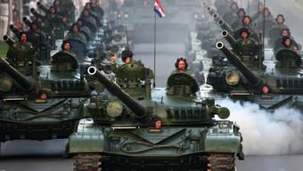Mit Dutzenden Panzern gedachte Kroatien des Sieges im Bürgerkrieg gegen die Serben vor zwanzig Jahren.