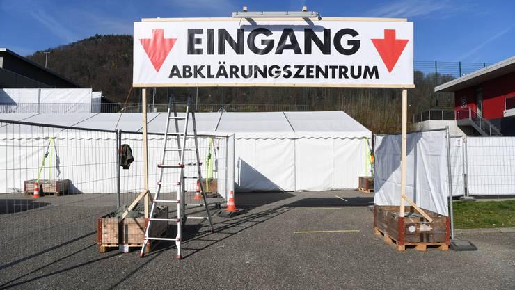 Das Baselbiet hat angesichts der Corona-Krise zwei Abklärungszentren eingerichtet, wo sich Besucherinnen und Besucher ohne Anmeldung testen lassen können, eines in Lausen, eines in Münchenstein.