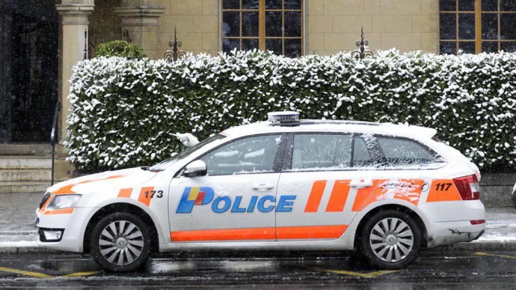 Die Genfer Polizei fanden in einem Gebäude einen Mann vor, der mit einer Schusswaffe getötet worden war. Der mutmassliche Täter wurde verhaftet.  (Symbolbild)