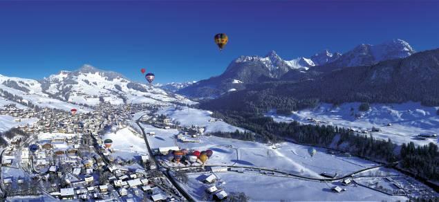 Heissluftballone in Chateau-d'Oex (1000 m) in den Waadtländer Alpen.