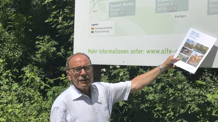 Hermann Käser vor der Orientierungstafel in Dotzigen, auf der die verschiedenen Bauphasen des Revitalisierungs -Projekts vorgestellt worden sind.