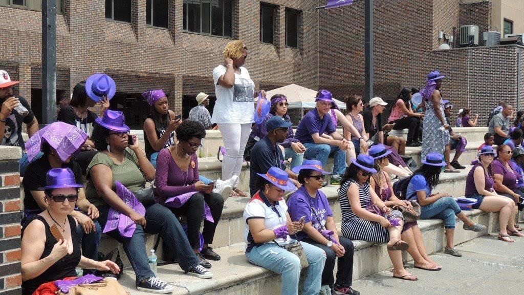 Prince-Fans am Wochenende in New York: Heute sollen zu Ehren des verstorbenen Musikers auch die Bewohner von Minneapolis Lila tragen. (Archiv)