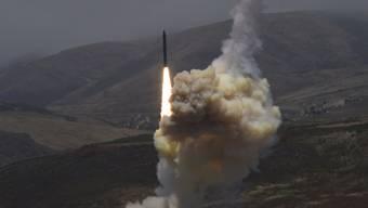 Das US-Militär testete laut eigenen Angaben von einer Luftwaffenbasis in Kalifornien aus ein Raketenabwehrsystem. (Symbolbild)