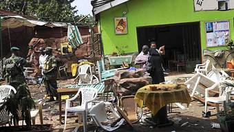Chaos nach dem Bombenanschlag in einer Bar in Uganda (Archiv)