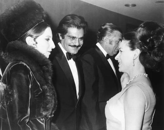 Omar Sharif im Gespräch mit Sängerin Barbara Streisand (links) und der britischen Prinzessin Margaret (1969).