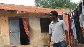 Boubacar Badji steht vor seinem Zuhause. Er träumt davon, nach Europa zu gehen. Der Senegalese wollte sich eigentlich auf die lange und gefährliche Reise gen Norden machen - doch dann kam die Corona-Pandemie. Foto: Matteo Fraschini/dpa