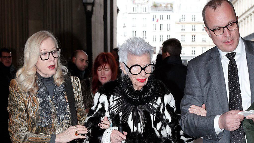 """Iris Apfel (M), die sich selber als """"greises Starlet"""" bezeichnet, letzten Freitag an der Modeschau von Christian Dior."""