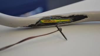 Der Einbrecher hat auch Stromkabel zerschnitten und einen Kurzschluss ausgelöst. (Symbolbild)