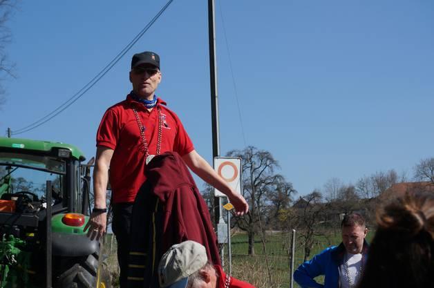 Obermeister Dieter Meier begrüsste die über 90 freiwilligen Helfer, er freue sich, dass so viele mit Kind und Kegel gekommen seien, um zusammen einen schönen Nachmittag im Wald mit anschliessendem Holzer-Zvieri zu verbringen.