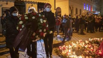 Menschen trauern um die vier Opfer, die ein Attentäter am Montag in Wien getötet hat.
